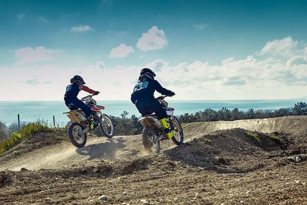 Velocità e potenza della corsa della bici di motocross nel concetto di azione sportiva sportiva dell'uomo estremo