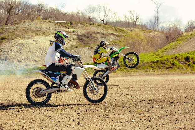 Velocità e potenza di gara di moto da cross nello sport uomo estremo, concetto di azione sportiva