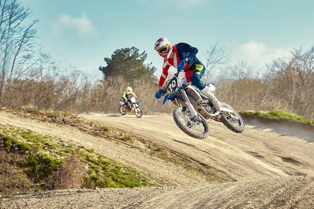 Concetto di motocross, il motociclista va fuori strada facendo sci estremo.