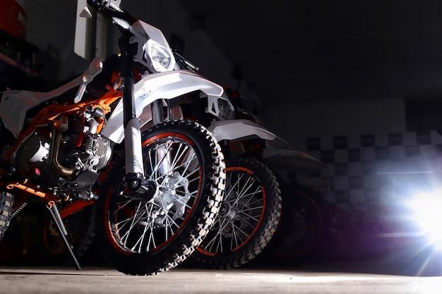 Moto da cross da corsa con ruote chiodate