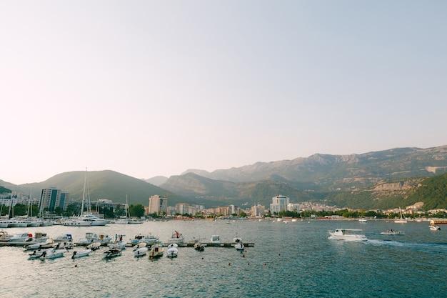 Le barche a motore sono parcheggiate al molo delle barche nella città di budva montenegro