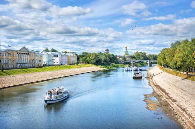 Nave a motore sul fiume a vologda in una giornata di sole estivo