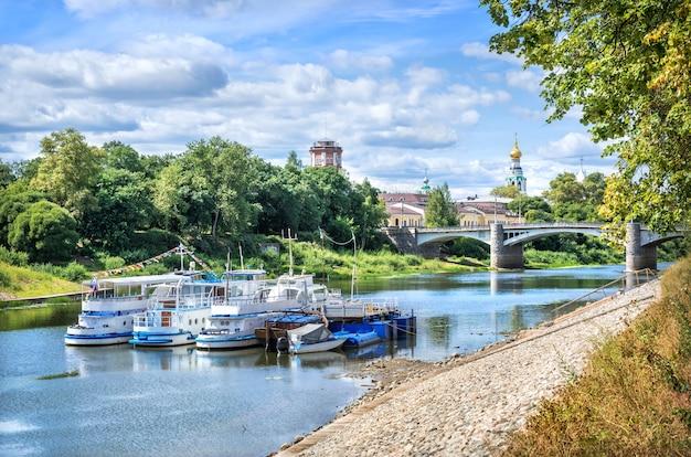 Navi a motore al molo sul fiume a vologda in una giornata di sole estivo