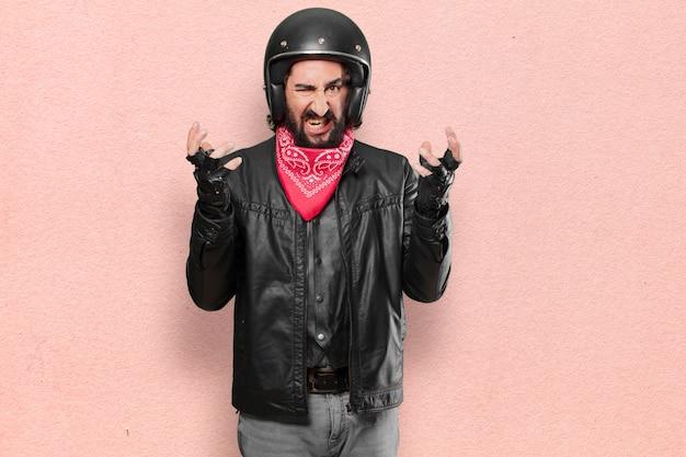 Espressione arrabbiata o in disaccordo del motociclista