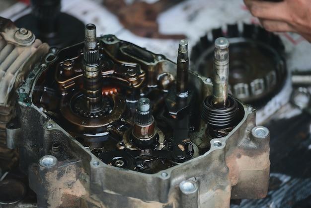 Motori del motociclo funzionanti riparati dal meccanico nel servizio di riparazione del garage.