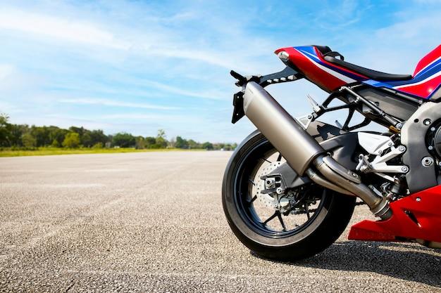 Parcheggio moto su strada in sella