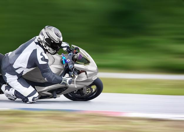 Pratica della moto in una curva veloce in pista