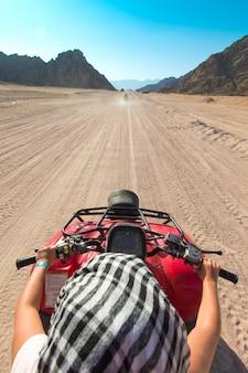 Le persone in egitto di safari in moto viaggiano belle vacanze in egitto le persone in safari in moto in moto