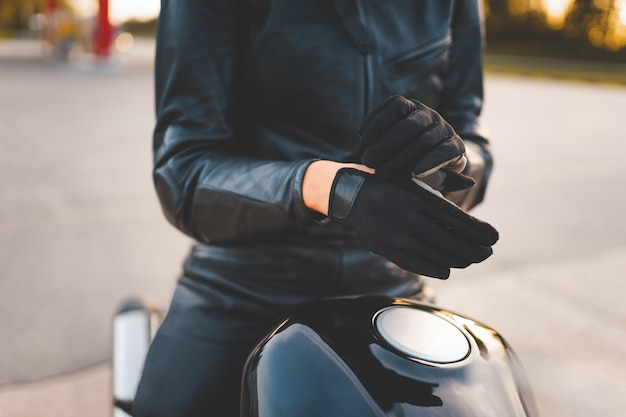 Motociclista che indossa i guanti