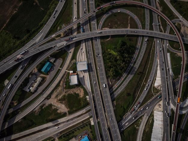 Autostrada autostrada e superstrada con il drone vista dall'alto del settore ring