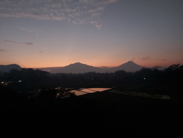 Monte merapi e merbabu con l'alba al mattino