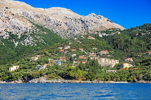 Il monte pantokrator e il villaggio di nisaki ai piedi di corfù in grecia