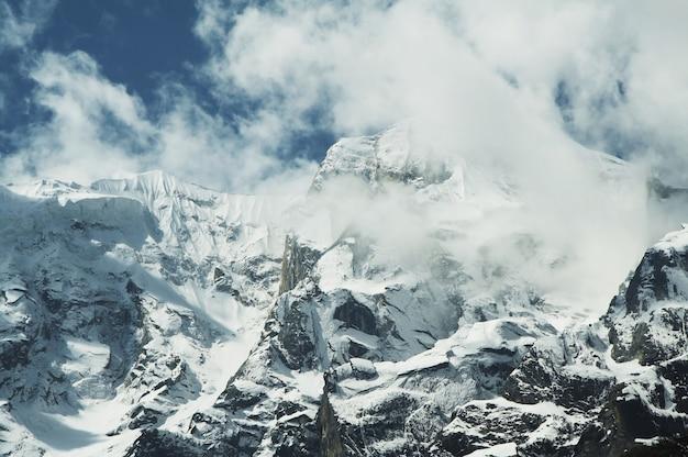 Picco del monte tra le nuvole in himalayan