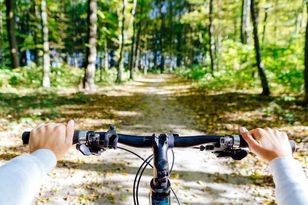 Mountain bike giù per la collina che scende veloce in bicicletta vista dagli occhi dei motociclisti