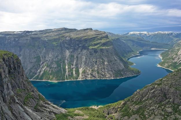 Montagna blu lago ringedalsvatnet paesaggio