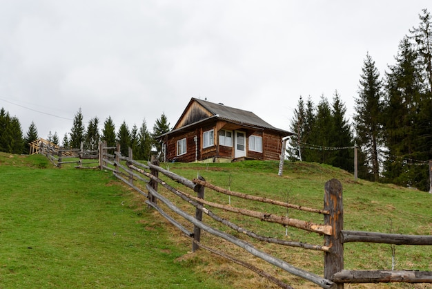 Piccole case di campagna di montagna nel villaggio bella natura e vegetazione
