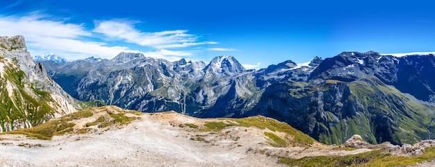 Vista del paesaggio dei ghiacciai della montagna dalla sommità del petit mont blanc a pralognan la vanoise, sulle alpi francesi. vista panoramica