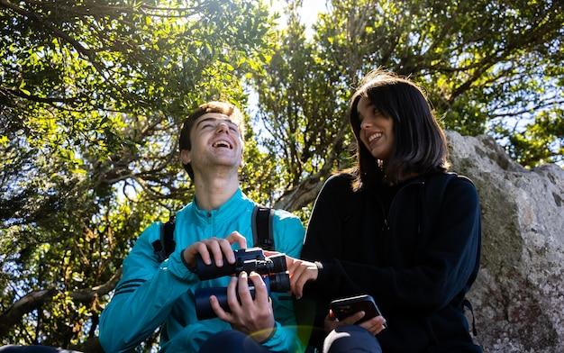 Coppia di escursionisti in montagna che ridono tra loro