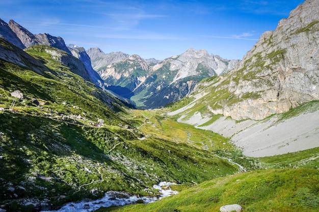 Paesaggio di montagna e sentiero escursionistico nel parco nazionale di pralognan la vanoise. alpi francesi