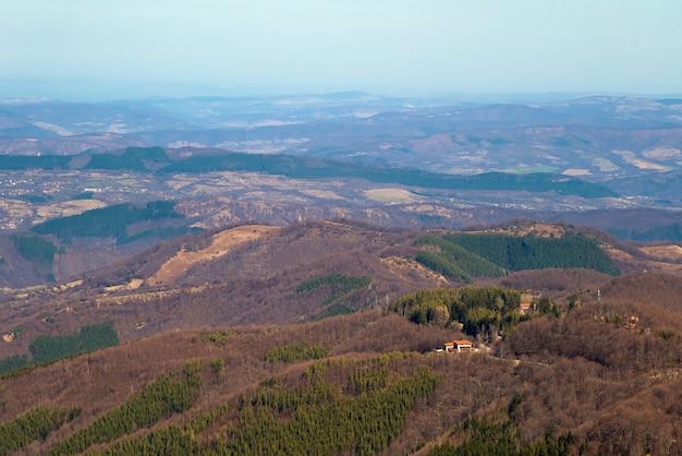 Rifugio di montagna in cima alla collina nel bosco.