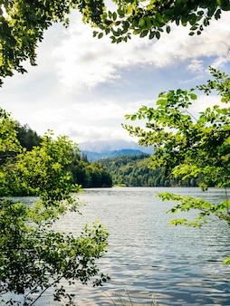 Lago di montagna sullo sfondo delle montagne alpine