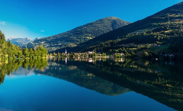 Lago di montagna in mezzo alle montagne