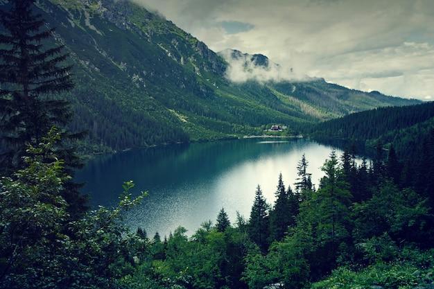 Lago di montagna e nuvole. morskie oko a tatry, polonia. paesaggio naturale.