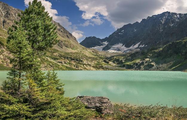 Lago di montagna in una sera d'estate, cielo nuvoloso