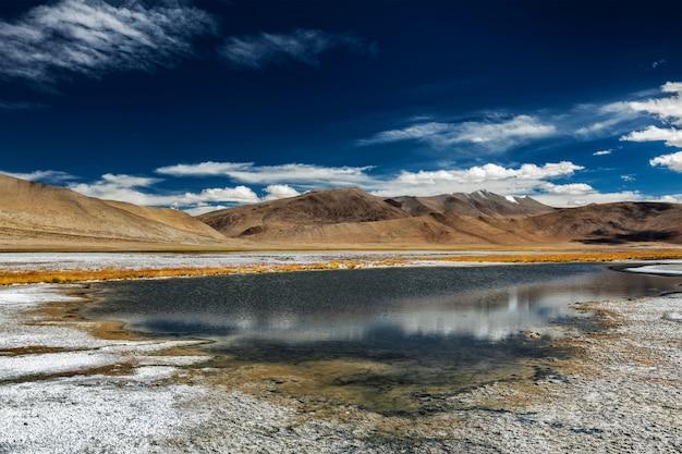 Lago mountain tso kar in himalaya