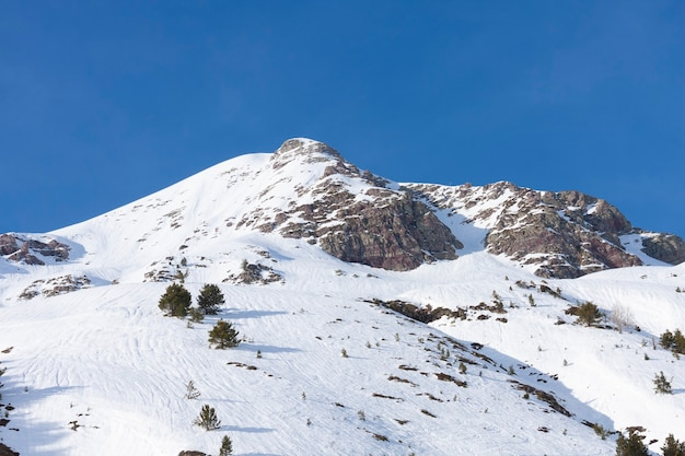 Paesaggio montano ricoperto di neve e cielo blu intenso. spazio per il testo.
