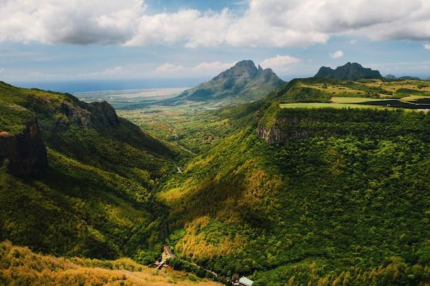 Paesaggio di montagna della gola sull'isola di mauritius