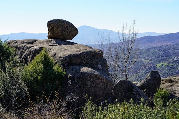 Paesaggio montano di grandi rocce granitiche, alte formazioni rocciose con varie forme spettacolari. città, valdemanco, madrid.
