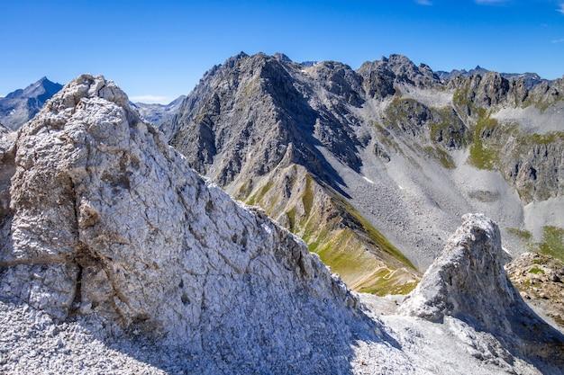 Paesaggio di montagna e mone pass a pralognan la vanoise, sulle alpi francesi, francia