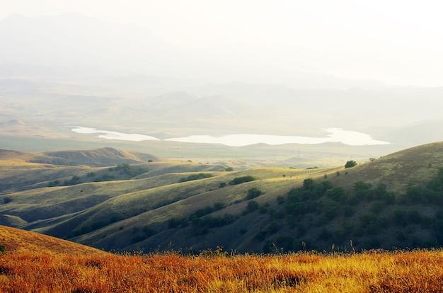 Paesaggio di montagna in una bella giornata