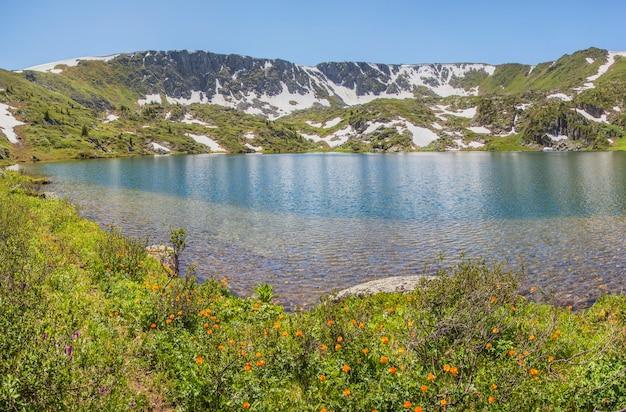 Paesaggio di montagna, pittoresco lago nel giorno d'estate