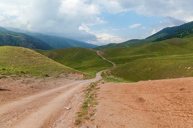 Il paesaggio montano dell'altopiano di assy è il kazakistan, strada sterrata di montagna