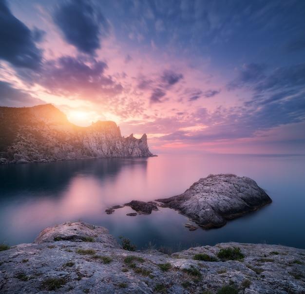 Paesaggio montano sul mare al tramonto