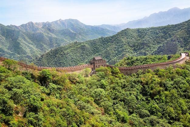 Paesaggio montano del sito della grande muraglia cinese mutianyu