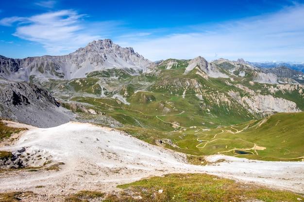Vista del paesaggio di montagna dal vertice del petit mont blanc a pralognan la vanoise, sulle alpi francesi