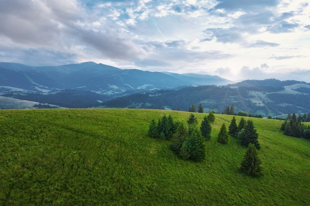 Paesaggio di montagna con un bel cielo azzurro con nuvole