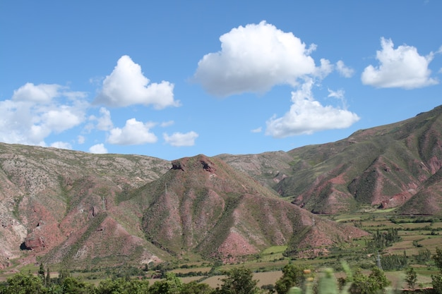 Paesaggio di montagna con cielo azzurro e nuvole, in perù