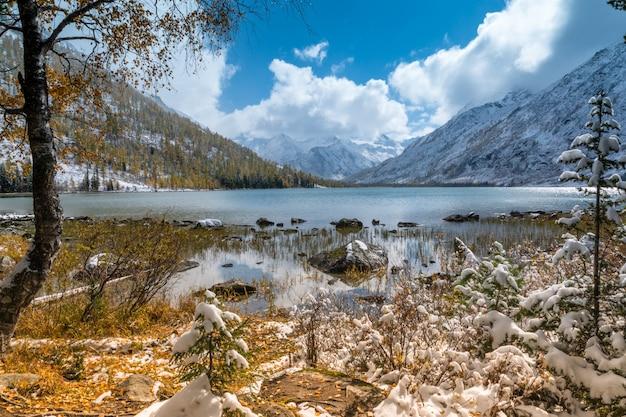 Paesaggio di montagna con il lago multinskoye inferiore in altai, russia.