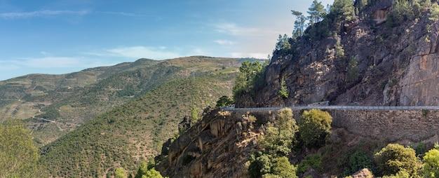 Paesaggio di montagna con strada e scogliera
