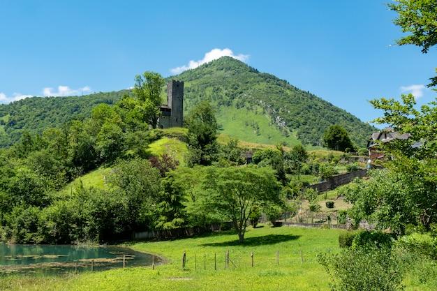 Paesaggio montano con le rovine di un castello nei pirenei