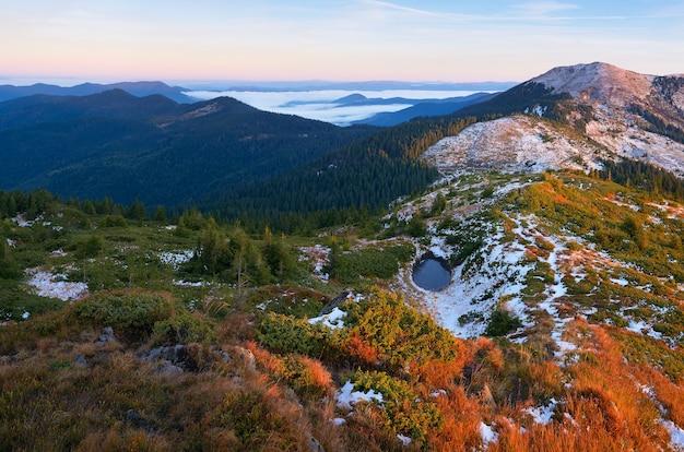 Paesaggio di montagna con un piccolo lago. soleggiata mattina d'autunno. carpazi, ucraina, europa
