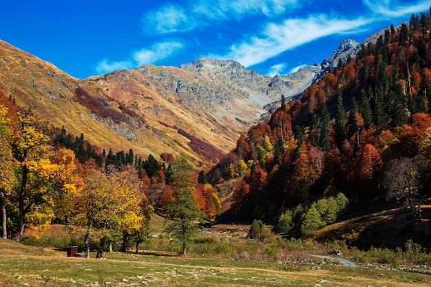 Mountain pass pyv in abkhazia. magnifico paesaggio autunnale. prati alpini. auadhara.