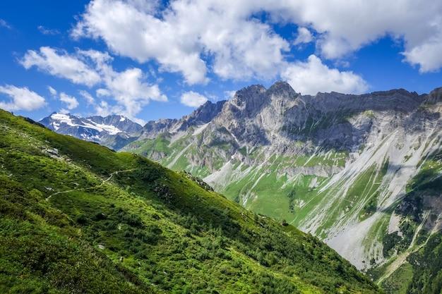 Paesaggio montano e alpino a pralognan la vanoise. alpi francesi
