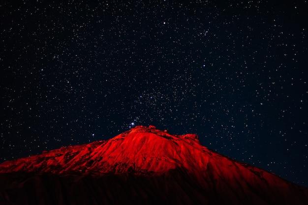 Picco di montagna nella notte stellata