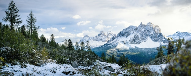 Un picco di montagna in inverno, dolomiti, italia