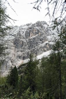 Picco di montagna in inverno, dolomiti, italia